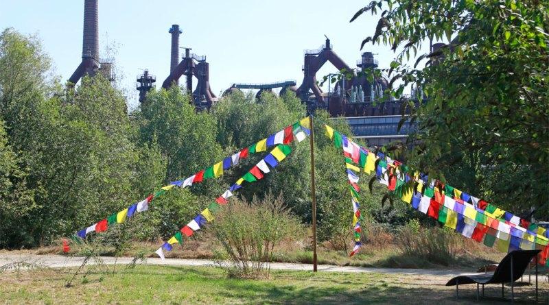 "Tibetische Gebetsfahnen im ""Paradies"" des Weltkulturerbes Völklinger Hütte Copyright: Weltkulturerbe Völklinger Hütte/Karl Heinrich Veith"