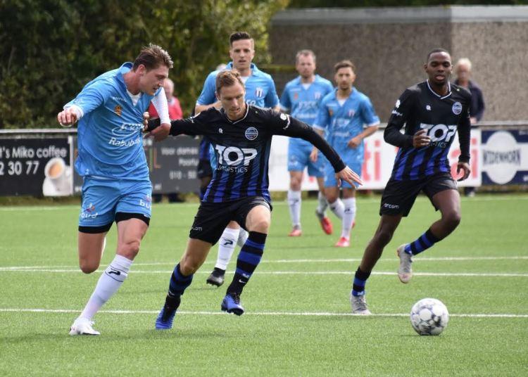 Versteege (midden) tijdens oefenwedstrijd tegen Excelsior Maassluis (foto: Berrie Versteege)
