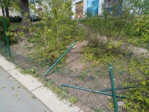 zerstörter Zaun an der Schule