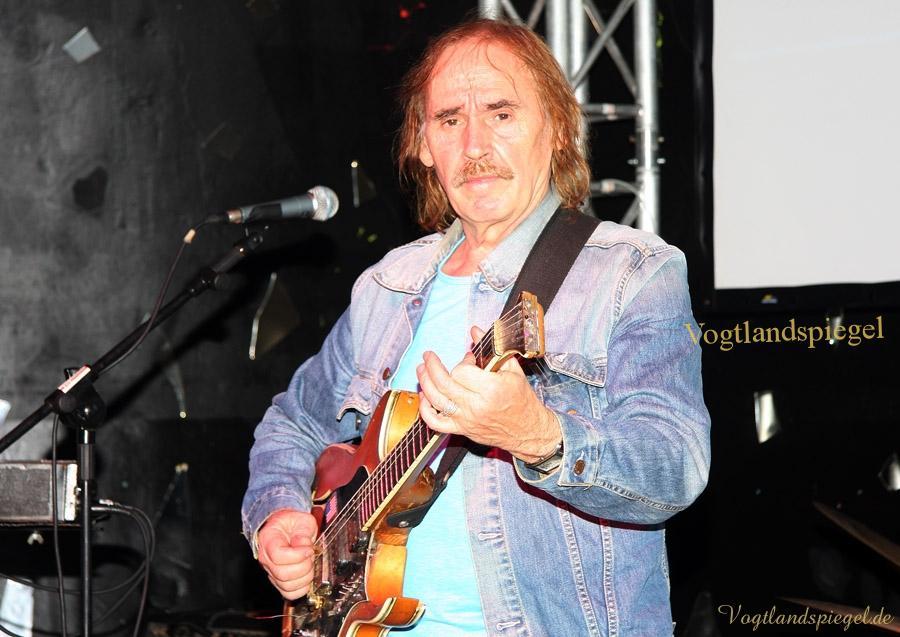 Jürgen Kerth zelebriert seinen Blues in der Greizer Friedensbrücke