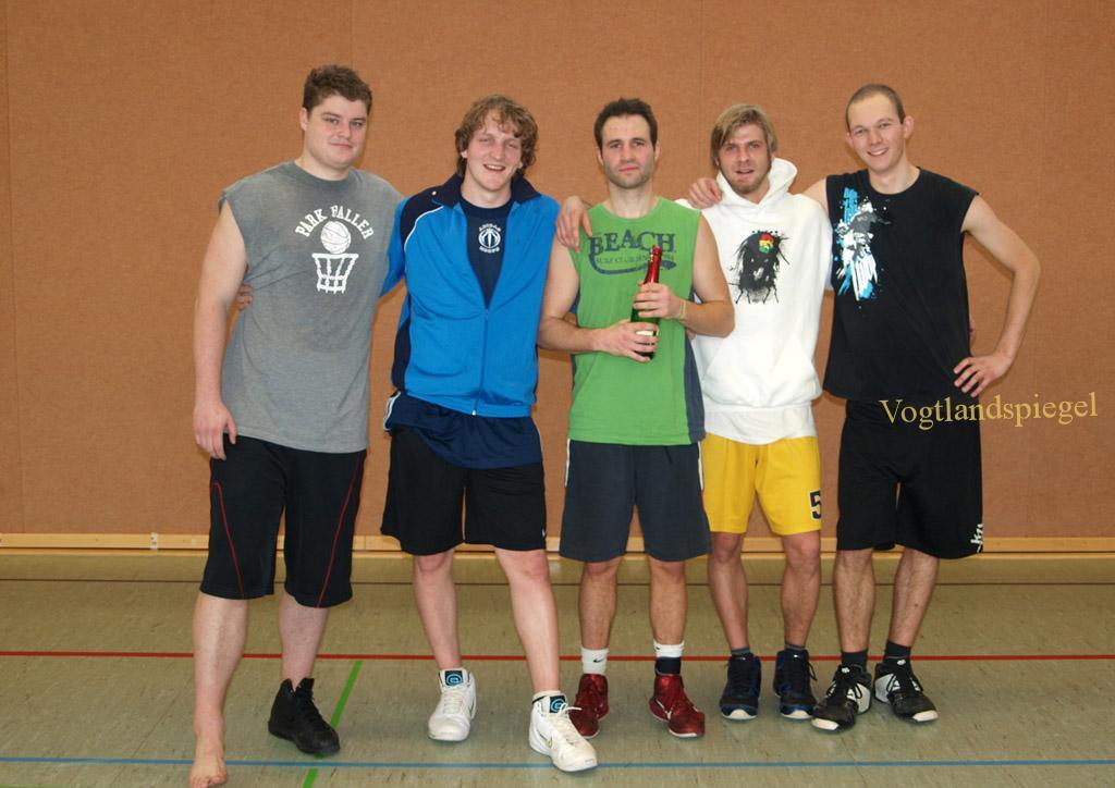 Die Sieger des Silvesterturniers der Freizeitbasketballer in der Pohlitzer Sporthalle