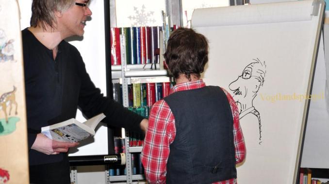 Hans-Jürgen Feldhaus stellt Regelschülern im Rahmen der Woche des Lesens seinen Comic-Roman vor