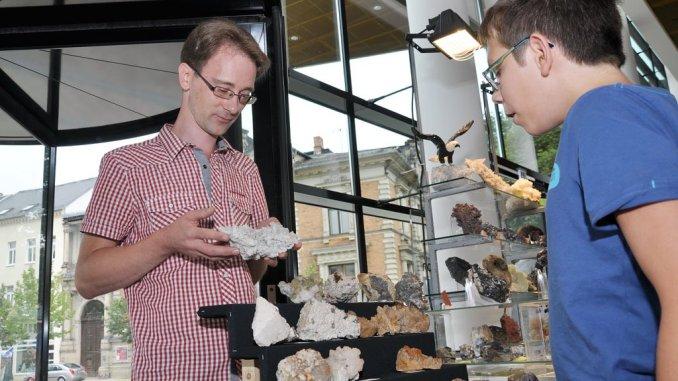 Der Ellefelder Mineraloge Sven Tröger war zum ersten Mal zur Mineralien-und Schmuckbörse in Greiz dabei. Der dreizehnjährige Enrico Brauer lässt sich von ihm die Flussspate erklären.