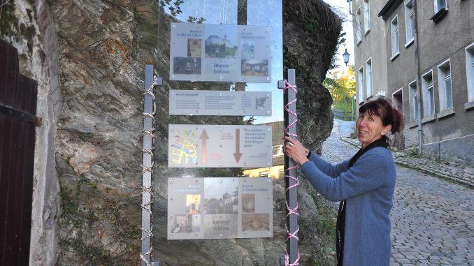 Greizerin Christa Kausch markiert mittels Guerilla-Stricken Weg vom Unteren zum Oberen Schloss