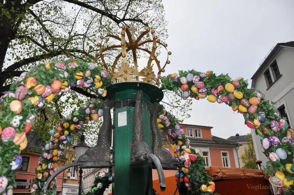 Röhrenbrunnen wird zum Greizer Osterbrunnen