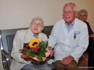Prof. Dr. med. habil. Rainer Lietz gratuliert Elisabeth Becker