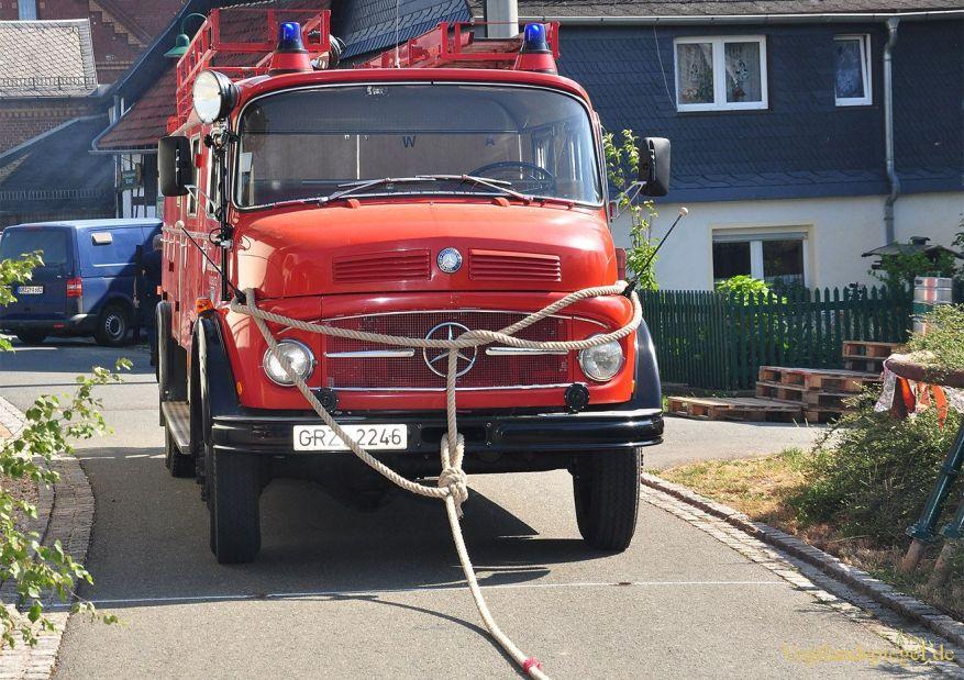 Neugernsdorfer ziehen das Daßlitzer Feuerwehrauto am weitesten