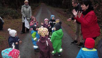 Studenten und Kindergartenkinder kooperieren bei Naturwissenschaften