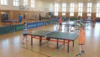 Fast 100 Kinder und Jugendliche an den Tischtennisplatten