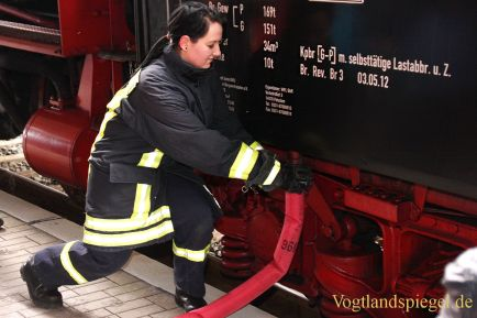 Dampfloksonderfahrt macht halt auf dem Greizer Bahnhof