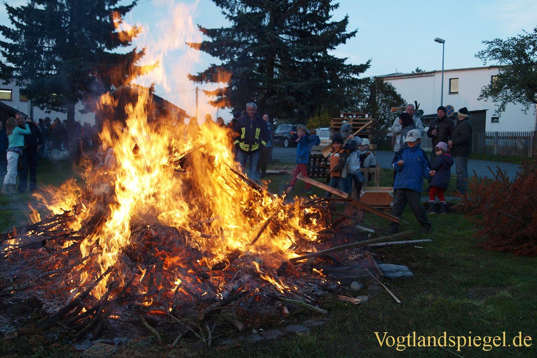 Gommla: Mit Manneskraft und Zuversicht den Maibaum gestellt