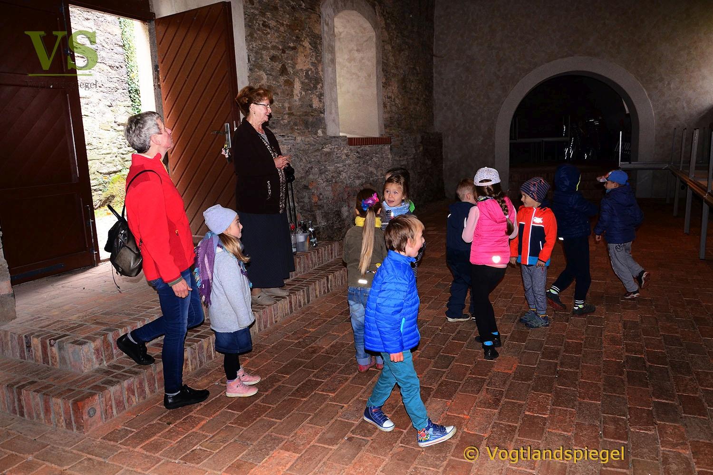 """Die """"Großen"""" des Kinderhauses """"Am Elsterufer"""" erkunden das Obere Schloss"""