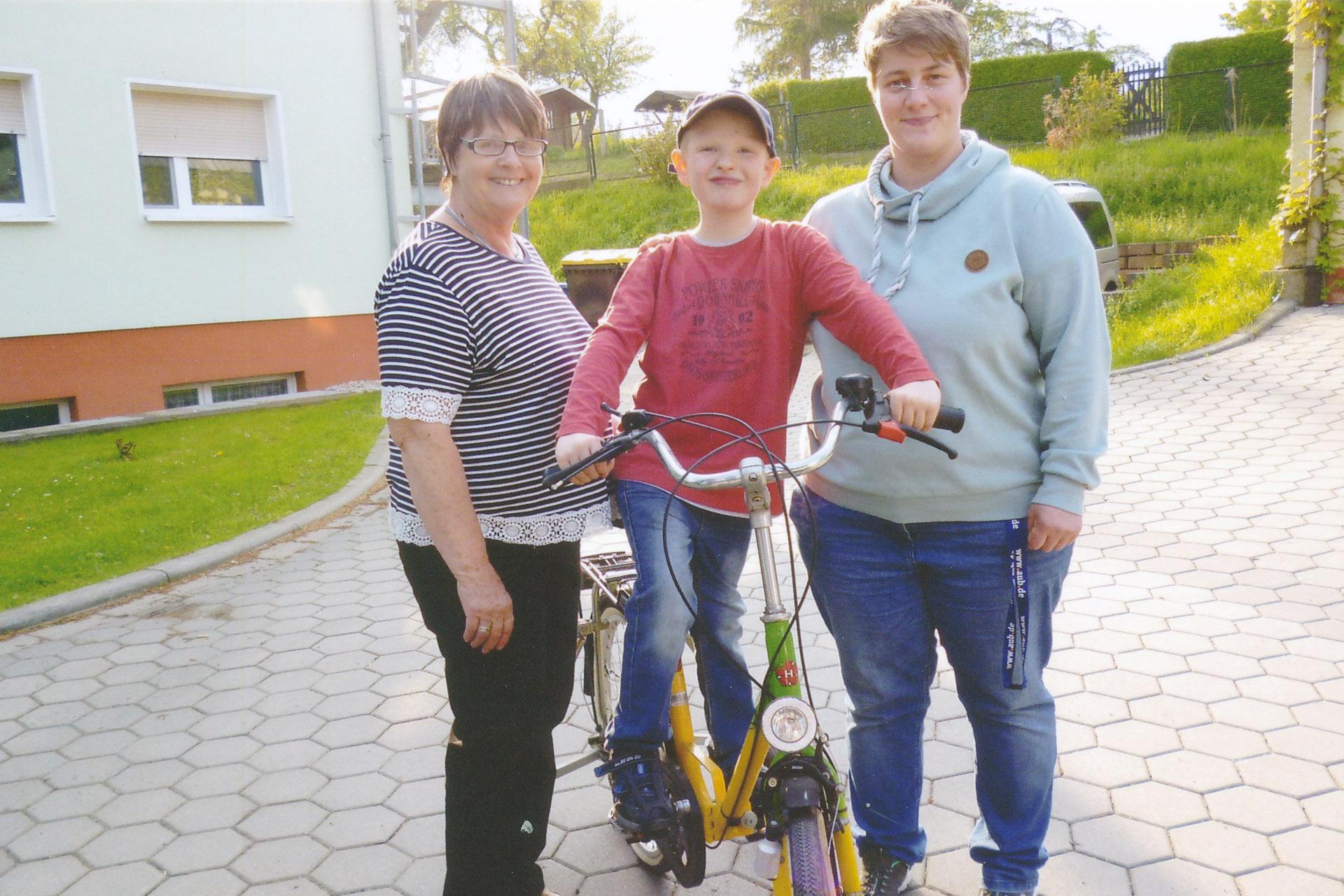 Diakonieverein Carolinenfeld: Chris-Leon freut sich über eigenes Fahrrad
