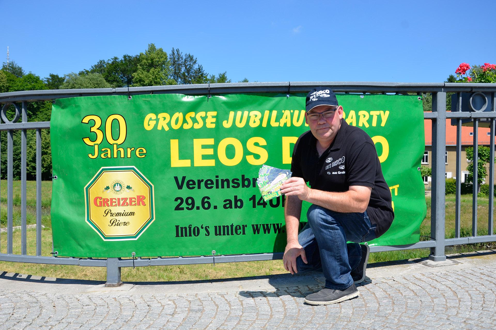 Jörg Leonhardt, alias Leo, vor seinem Werbebanner an der Greizer Freiheitsbrücke.