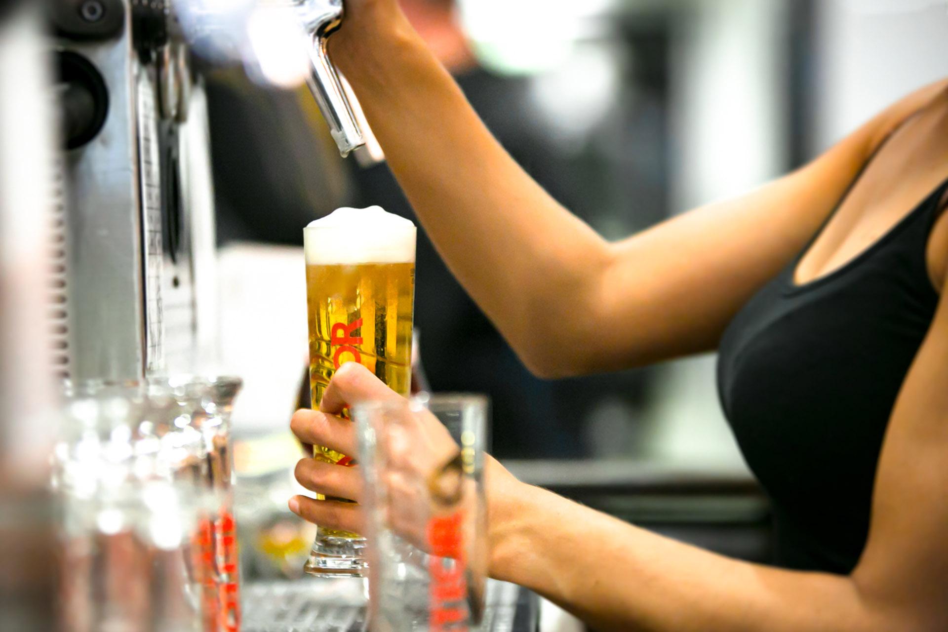Frisch gezapft: Bier bleibt ein Lieblingsgetränk der Deutschen. Nicht nur im vergangenen Rekordsommer verzeichneten die Brauer solide Umsätze. Für die Beschäftigten in den Brauereien fordert die Gewerkschaft NGG jetzt mehr Geld. Foto (alle Rechte frei): NGG