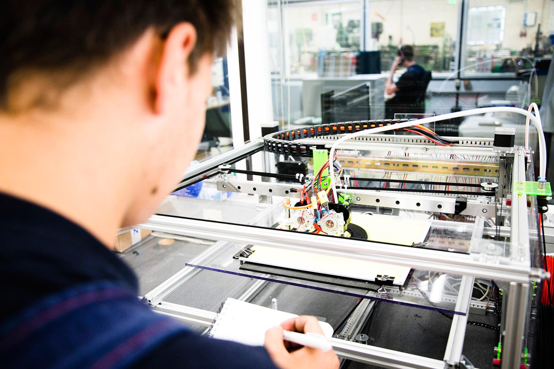 Technik hinterm Essen. Azubis in der Lebensmittelindustrie sind längst am 3D-Drucker aktiv. Die Gewerkschaft NGG weist auf freie Ausbildungsplätze in der Branche hin.