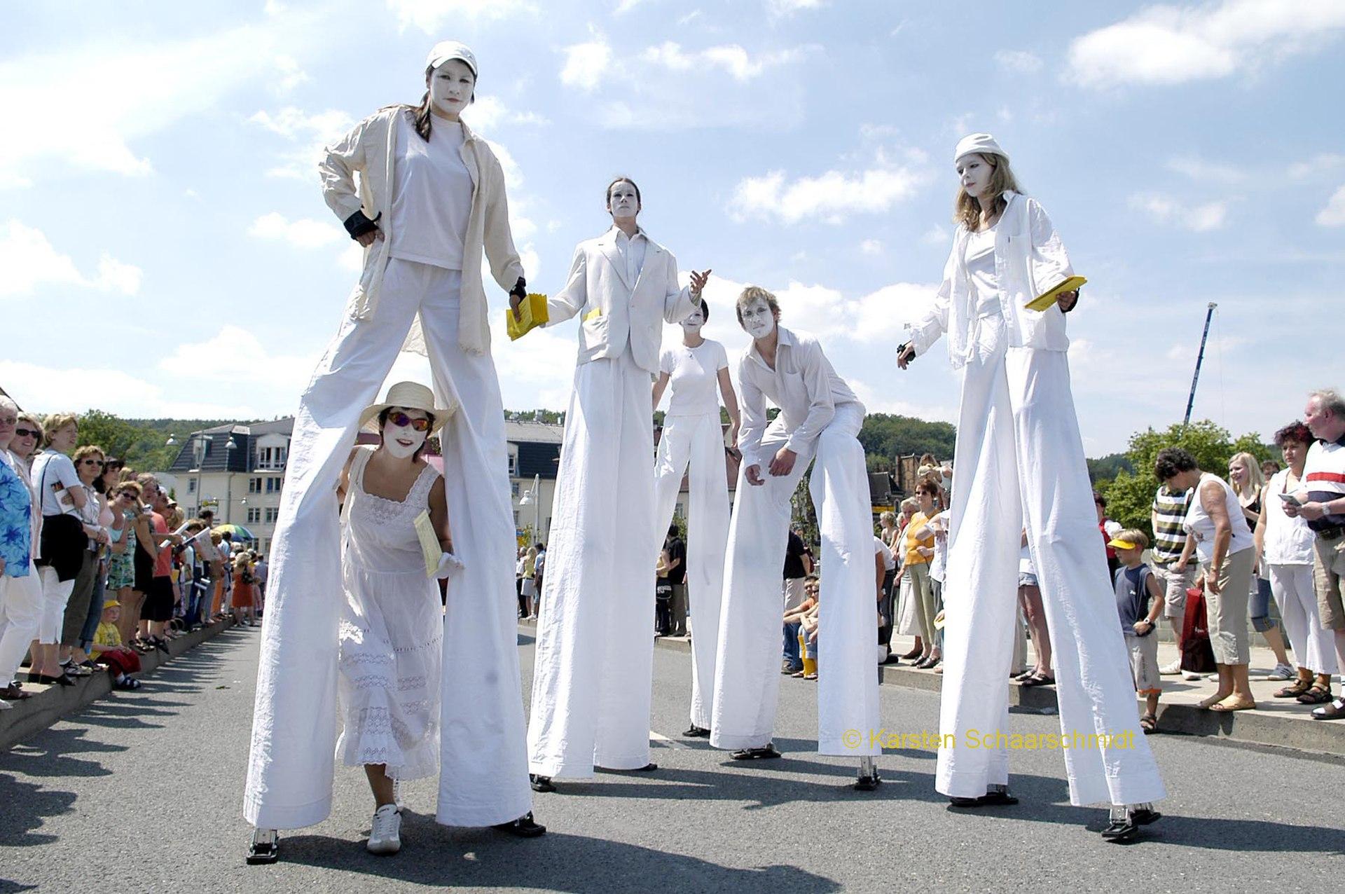 Weiße Geister, Wesen auf Stelzen und viele Geschichten