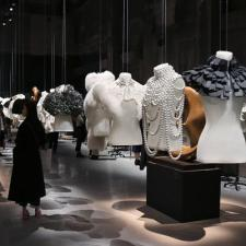 Burberry presenta 'The Capes Reimagined', una mostra di cappe d'alta sartoria
