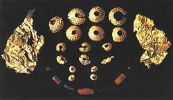 Умерший мужчина, погребенный на горе Тквисболо, был украшен этими предметами из золота, сердолика и гагата (верхний снимок). Тело его было положено на четырехколесную повозку: внизу — одна из немногих уцелевших повозок подобного типа; ныне она хранится в тбилисском музее.