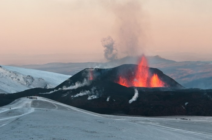 The eruption began on March 20th with a very photogenic fissure eruption on a ridge connecting Eyjafjallajökull with Katla known as Fimmvörðuháls. (WikiMedia.de)