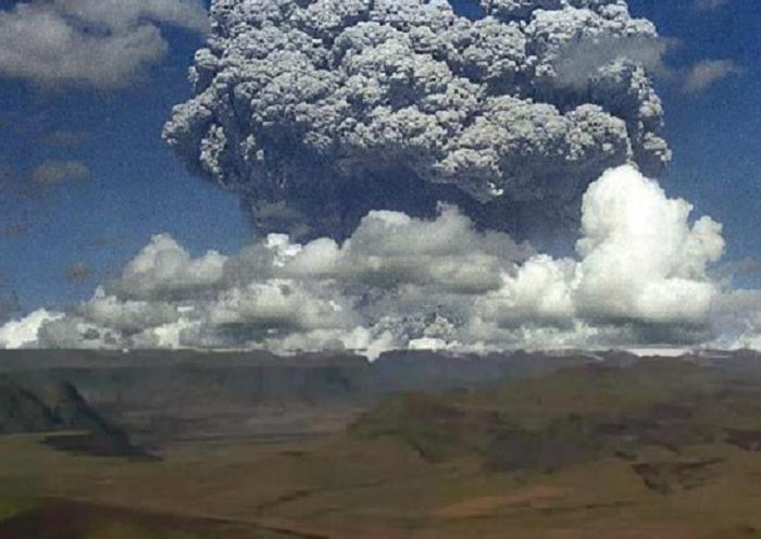 "A composite of a webcam image of Katla from the south with a well-known photograph of one of the Pinatubo precursor eruptions of 1991 illustrates the then oft-aired opinion on Nibiruist forums that Katla was bound to explode ""1,000-times as violently"" as Eyjafjallajökull."