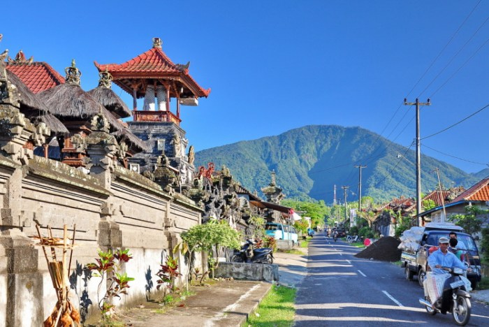 "The southernmost stratovolcano of the Buyan-Bratan volcanic complex is the 2,276 m high Batukaru, which means ""coconut shell"" in Balinese. It has a prominence of ~1,500 m as its edifice can be traced to just below the 800 m topographic isoline. (Bali Foto Galerija)"