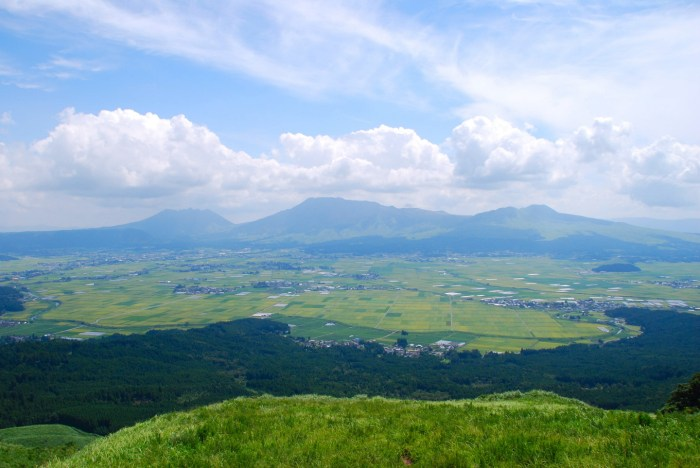 Mount Aso photographed from the caldera ridge east of the city of Aso (pop. 28,931). From left to right – Mt Neko, Mt Nakadake and finally Mt Kishima. (WikiMedia Commons)