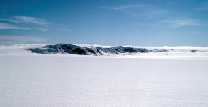 Part of the midle of the 3 Grimsvötn calderas showing the Nunatak where the IMO Seismometer GRF is situated. Wikimedia Commons, photograph by Roger McLassus in 1972.