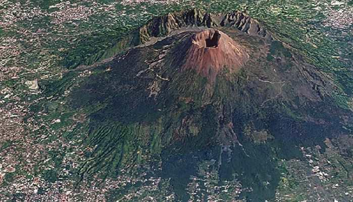 Google Earth(?) image of Vesuvius clearly showing the scarp of the pre-eruption volcano named Monte Somma.