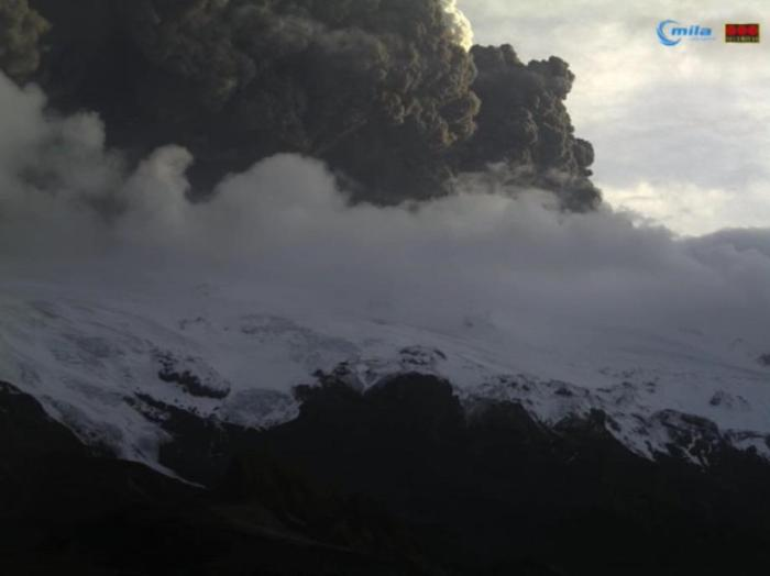 Eyjafjallajökull at 21:25 UT on April 14th 2010, the first day of the eruption as seen on the Mila Valahnukar webcam.