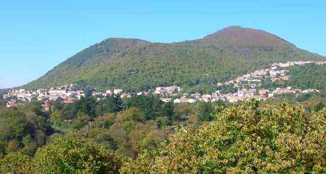 Fig 2. The twin thrachyandesitic domes that form the current peak of the Roccamonfino Volcano with the town of Roccamonfina at their base. (itineraiparlli.org)