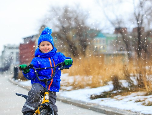 winter, fietsen naar school,