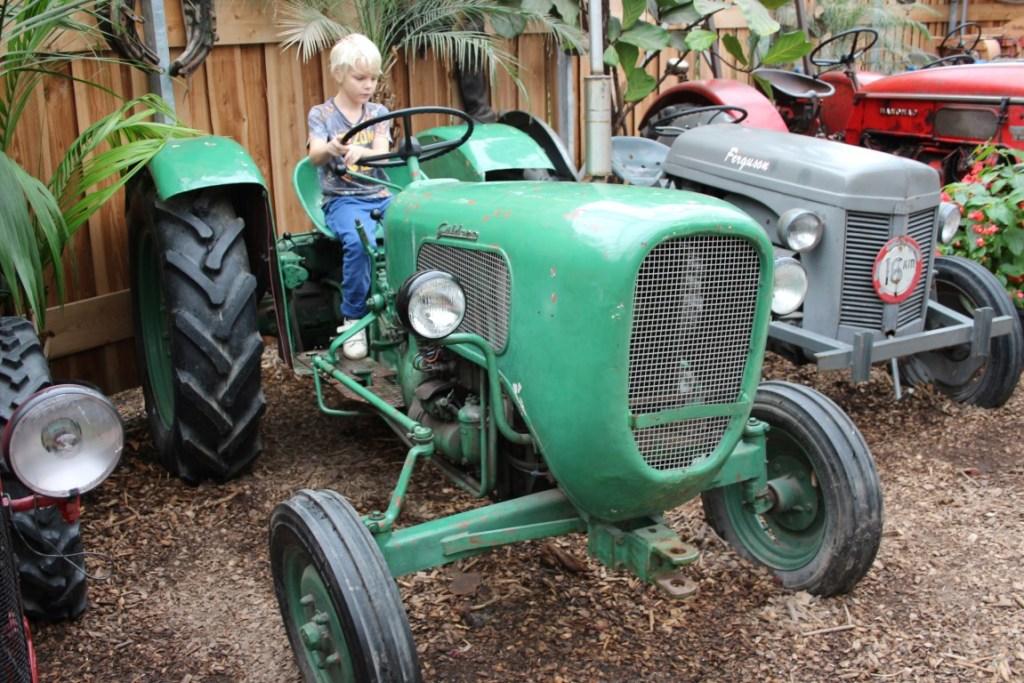 tractors-orchideeen-hoeve-met-kinderen