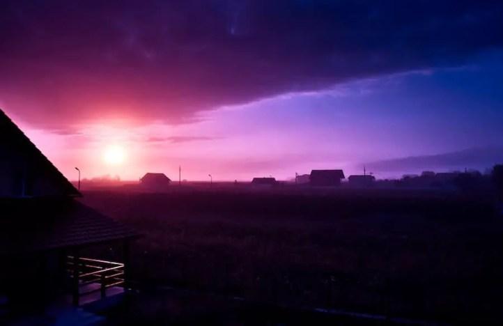Sonnenaufgang in Rumänien mit rosa Wolke
