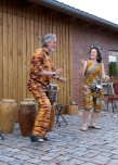 Duo Abena-Kojo trommelt vor Mühlenscheune Tanzen