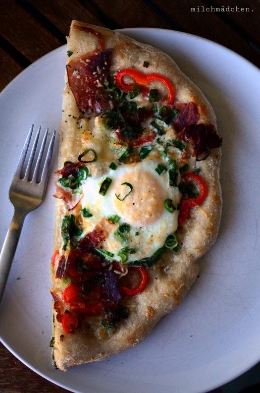 Rot, gelb, grün: Breakfast Pizza mit Bacon und Ei