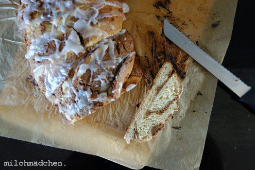 Das Leben, wie es sein sollte: Hefezopf mit gebrannten Mandeln & Marzipan