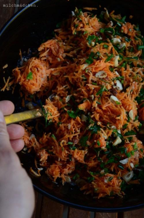 Möhren-Haselnuss-Salat mit Tahindressing | milchmädchen.