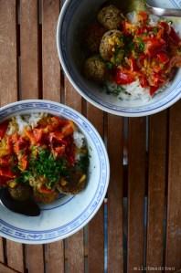Linsenbällchen mit Paprika-Curry-Sauce | milchmädchen.