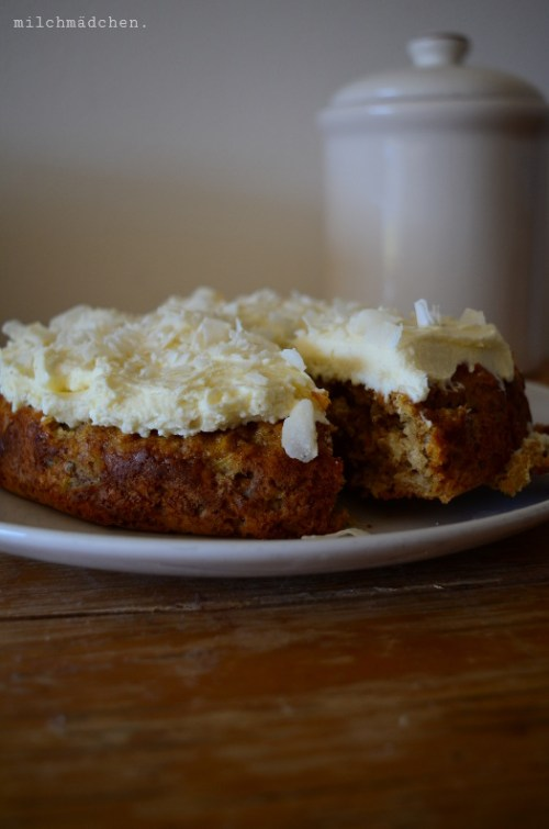 Karottenkuchen mit Kokos, Rosinen und Walnüssen | milchmädchen.