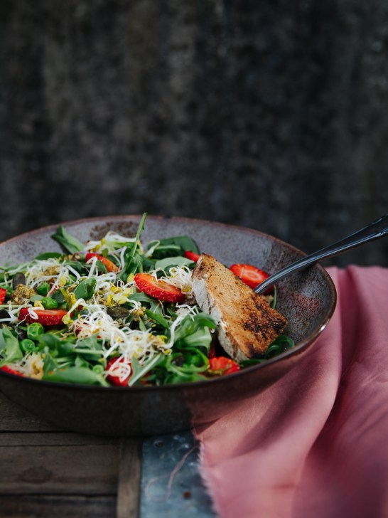 Sommer Erdbeer-Basilikum Pesto Salat