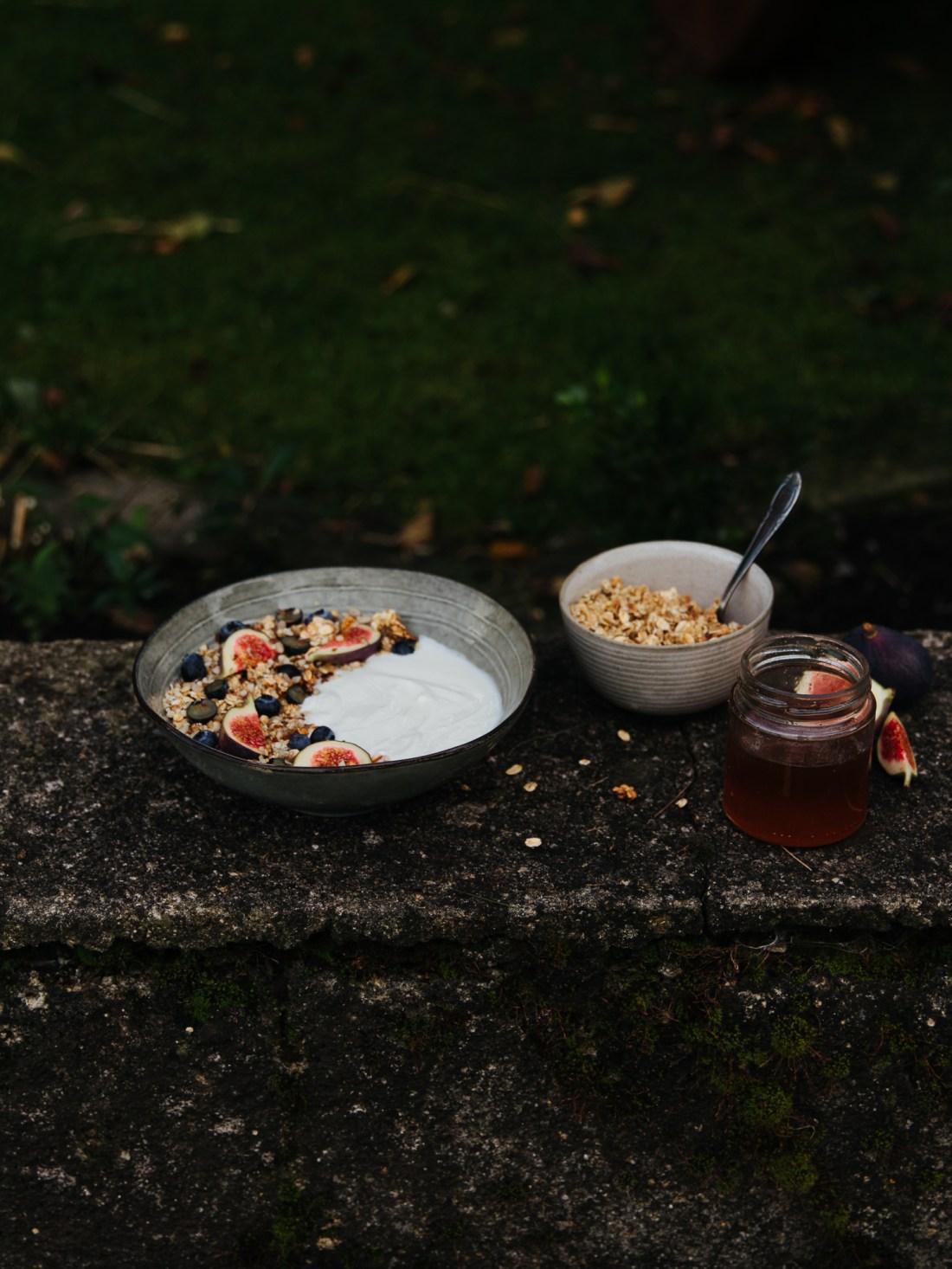 vollmundig | Granola mit frischen Feigen auf der Mauer