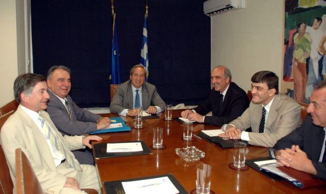 Συνάντηση Αλογοσκούφη-Μεϊμαράκη στις 26.6.2007. Στα αριστερά του υπ. Αμυνας ο Γενικός Διευθυντής Αμυντικών Εξοπλισμών και Επενδύσεων Ευάγγελος Βασιλάκος (ΦΩΤΟΓΡΑΦΕΙΟ ΓΡΑΦΕΙΟ ΤΥΠΟΥ ΥΕΘΑ)