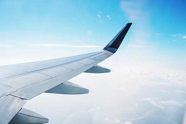 how does an aeroplane fly in the sky- wings of an airplane