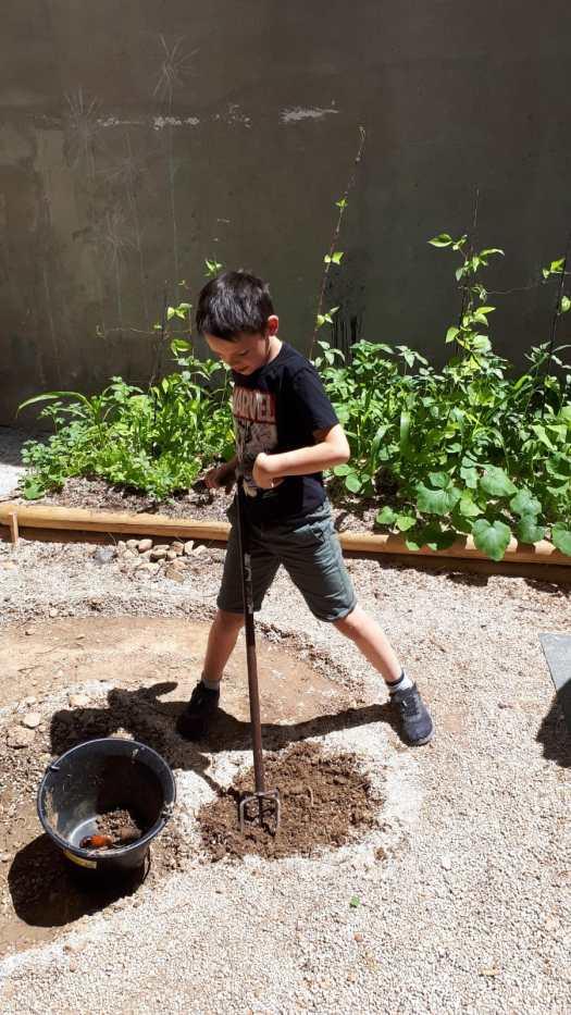 Eric est à fond pour décaisser le sol de la spirale aromatique !