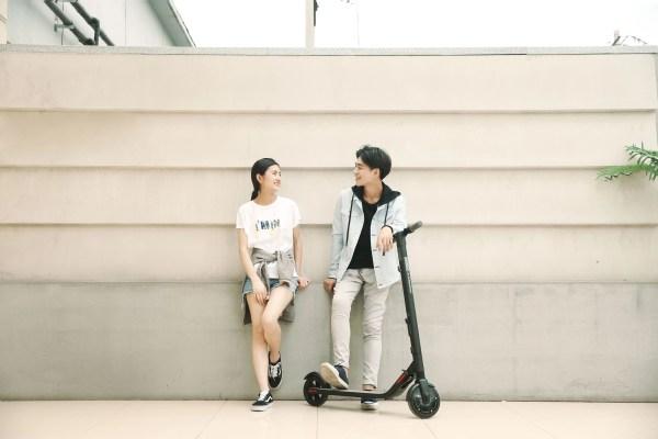 Zwei Personen mit Ninebot by Segway Kickscooter