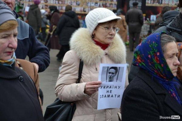 У центрі Луцька - флешмоб на підтримку Надії Савченко. ФОТО