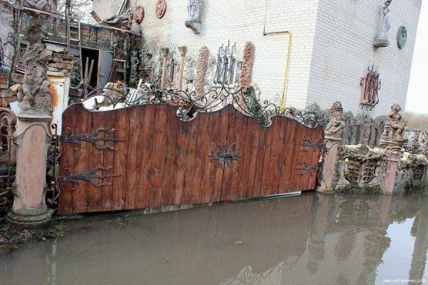 Луцький «будинок з химерами» ‒ у воді. ФОТО | ВолиньPost
