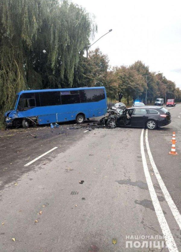 В маршрутку «Луцьк-Зарічне» врізався легковик ...