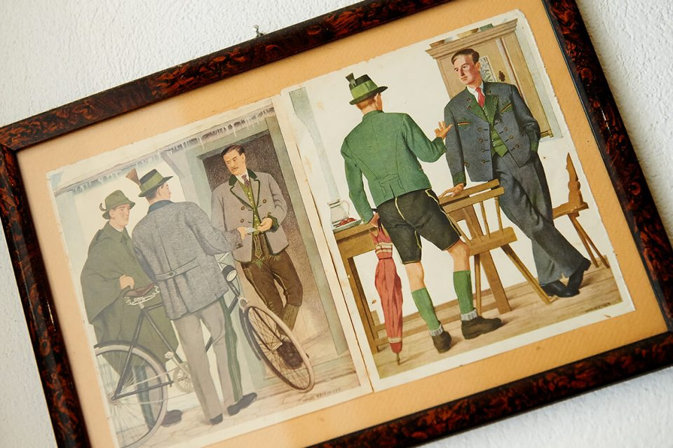 VONsociety: Bild mit Zeichnungen  authentische Tracht Tracht. Es hängt an der Wand in der Werkstatt von Alexander Profous
